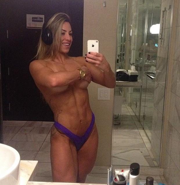 michelly-ex-bbb-topless-cheia-de-musculo-e-veia