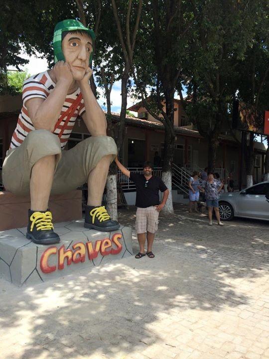 Fã faz estátua de Chaves de 5 metros de altura em Minas Gerais
